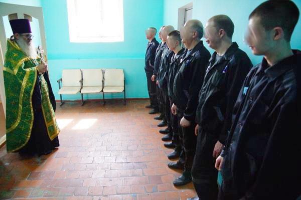 Священнослужитель побеседовал с осужденными СИЗО-2 накануне празднования Дня святых апостолов Петра и Павла